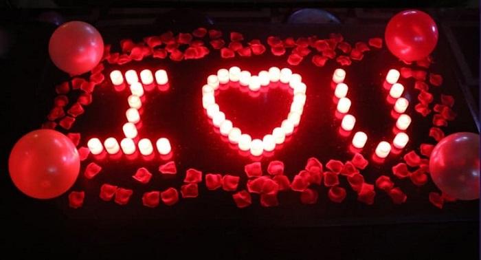 nến được xếp thành hình trái tim để cầu hôn