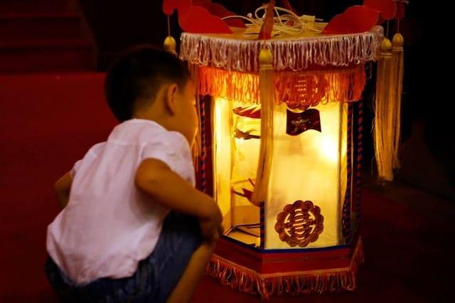những chiếc nến điện tử trang trí cho những chiếc lồng đèn