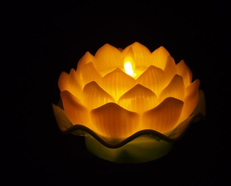 Nến điện tử Hoa sen dùng trang trí ngày lễ gia đình Phật giáo