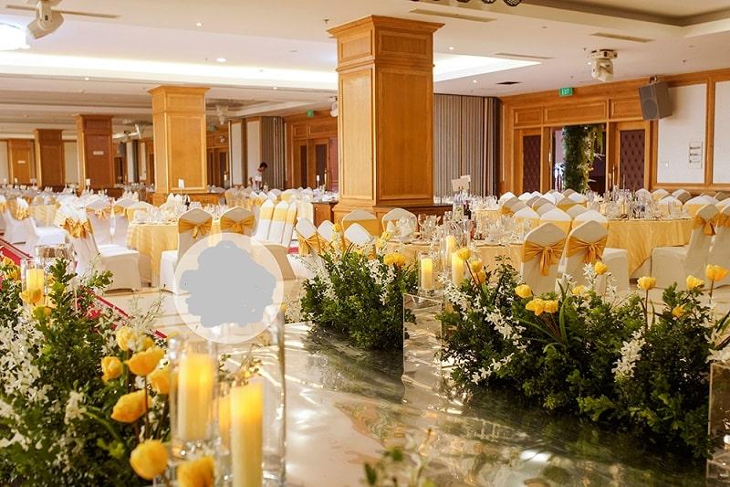 một trong những cây nến điện tử dùng trang trí cho khu đám cưới