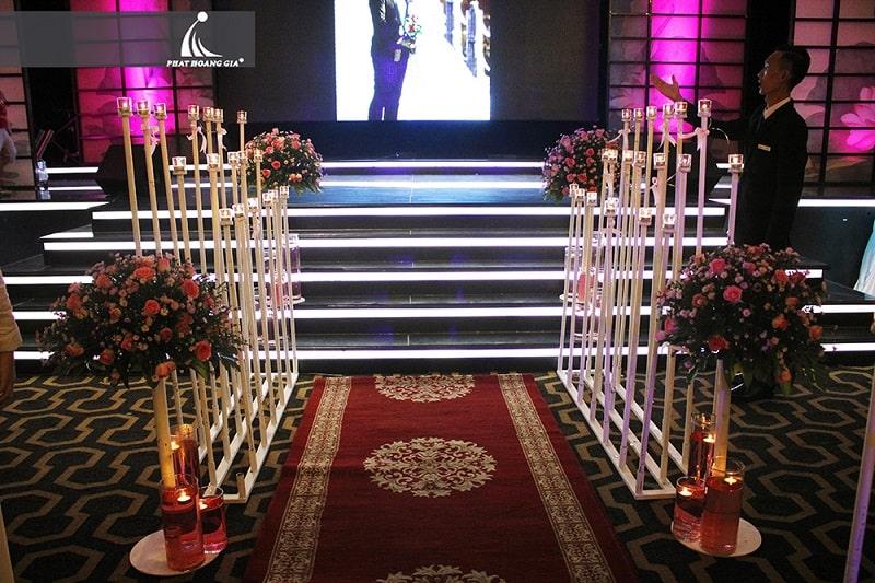 những cây nến trang trí phù hợp với mọi thứ trong đám cưới