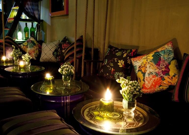 ánh nến làm cho không gian trong quán trở nên lãng mạng hơn