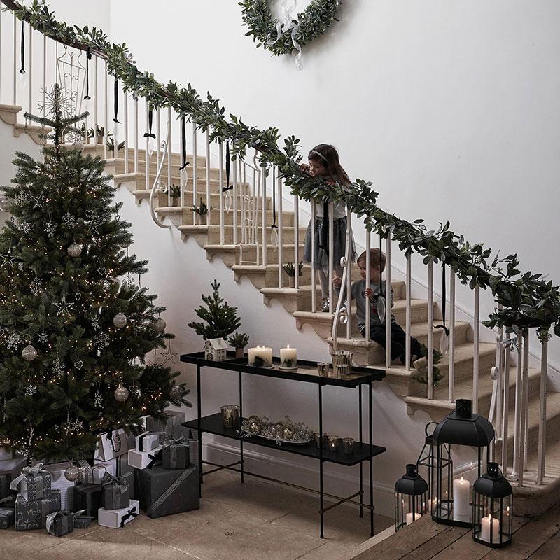 trang trí cầu thang với vẻ đẹp của những cây nến trang trí