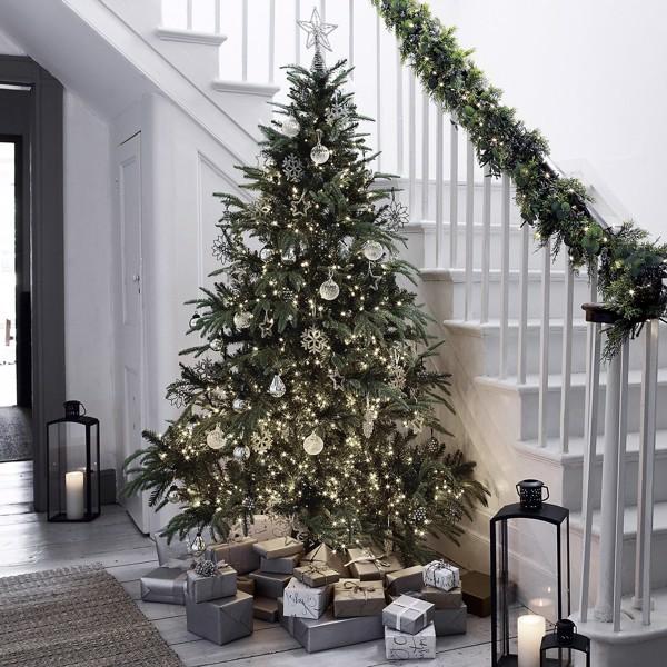 trang trí khu cầu thang với những cây thông noel